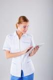 Медицинская персона: портрет доктора Профессионал уверенно молодой женщины медицинский на белой предпосылке Стоковое Изображение RF