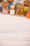 Медицинская предпосылка с пилюльками в контейнерах Стоковые Фотографии RF