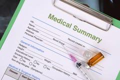 Медицинская сводка на доске сзажимом для бумаги Стоковая Фотография RF