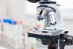 Медицинская технология для более тщательного рассмотрения в лаборатории Стоковые Изображения RF