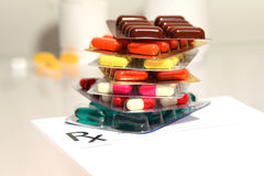Медицинская форма вещества - пустой рецепт и пилюльки на таблице Стоковые Фотографии RF