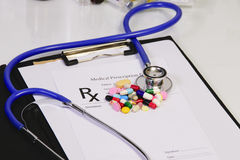 Медицинская форма вещества рецепта аптекаря - пустой рецепт и пилюльки на таблице Стоковая Фотография RF