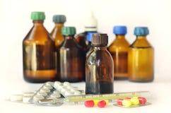Медицинские бутылки на белизне стоковая фотография