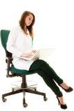 Медицинские Доктор женщины работая на компьтер-книжке компьютера Стоковые Фото