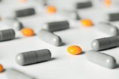медицинские пилюльки и картина капсул на белой предпосылке Плоское положение, взгляд сверху Стоковое Изображение RF