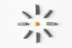 медицинские пилюльки и картина капсул на белой предпосылке Плоское положение, взгляд сверху Стоковое Изображение