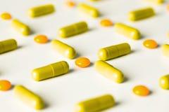 медицинские пилюльки и картина капсул на белой предпосылке Плоское положение, взгляд сверху Стоковые Изображения RF