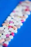 медицинские пилюльки на голубой предпосылке стоковое фото rf
