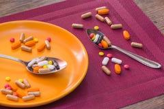 Медицинские пилюльки на таблице Стоковые Изображения
