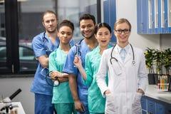 Медицинские работники с оборудованием в лаборатории Стоковое Изображение RF