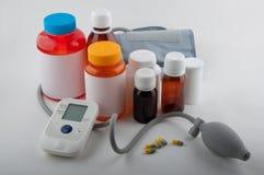 Медицинские tonometer и бутылки для пилюлек на белизне Стоковая Фотография RF