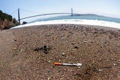 Медицинский отход на пляже Стоковые Фото