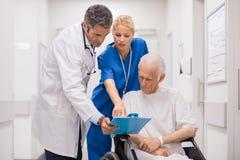 Медицинский персонал с пациентом стоковое изображение rf