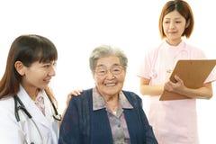 Медицинский персонал с старухой стоковые фотографии rf