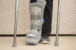 Медицинский протезный ботинок с cruches Стоковая Фотография RF