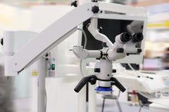 медицинский профессионал микроскопа стоковая фотография rf