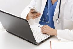 Медицинский профессионал с электроникой стоковые фотографии rf