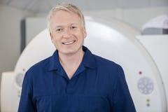 Медицинский профессиональный усмехаться против блока развертки MRI Стоковые Изображения RF