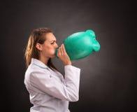 Медицинский работник женщины в белых одеждах с грелкой Стоковые Изображения