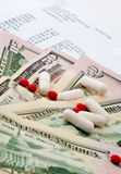 Медицинский рапорт и деньги стоковая фотография rf