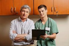 Медицинский резидент с доктором стоковое фото rf