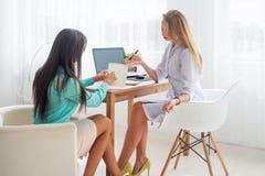 Медицинский рецепт сочинительства женщины доктора врача принимая примечания в офисе и пациенте Стоковое Фото
