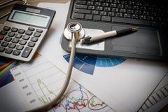 Медицинский стетоскоп на клавиатуре компьютера Стоковые Фото