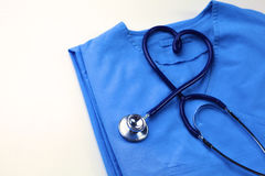 Медицинский стетоскоп переплел в форме сердца лежа на терпеливом крупном плане формы доктора списка и сини истории болезни Стоковое Фото
