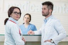 Медицинский штат имея обсуждение в самомоднейшем корридоре больницы стоковые изображения rf