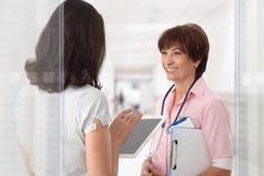 Медицинский экипаж говоря на коридоре больницы стоковая фотография rf