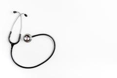 Медицинское оборудование с стетоскопом в офисе ` s доктора на белом модель-макете взгляд сверху предпосылки стола Стоковое Изображение