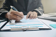 Медицинское страхование ручки удерживания страхового инспектора Стоковая Фотография RF