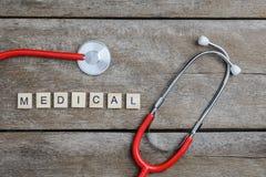Медицинское слово текста сделанное с деревянными блоками и красным сердцем, stethoscop Стоковые Фотографии RF