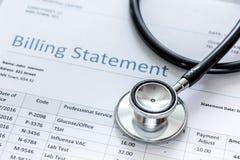 Медицинское treatmant заявление выписывания счетов с стетоскопом на каменной предпосылке стоковое изображение