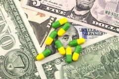 Медицины на предпосылке доллара Стоковая Фотография