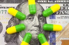 Медицины на предпосылке доллара Стоковое Изображение RF