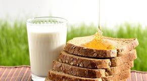 Мед и молоко с хлебом Стоковые Фотографии RF