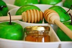 Мед и яблоки для Rosh Hashana Стоковая Фотография