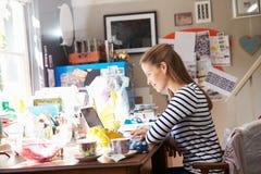 Мелкий бизнес женщины идущий от домашнего офиса стоковая фотография