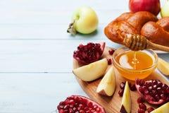 Мед, куски яблока, гранатовое дерево и hala Таблица установила с традиционной едой на еврейский праздник Нового Года, Rosh Hashan Стоковое Изображение