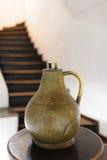 Медный кувшин в исторических отрубях замка музея Стоковые Изображения