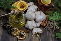 Мед, пряники и чай, ель разветвляют, конусы Стоковые Изображения