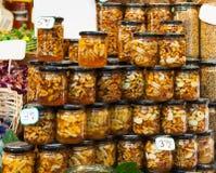 Мед пчелы с гайками в чонсервных банках Стоковая Фотография