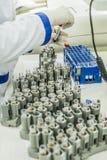 Медсестра аранжирует пробирки с кровью на подносе Стоковые Изображения RF