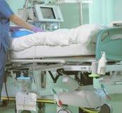 Медсестра больницы на уходе за больным пациентов в реанимации Стоковое фото RF