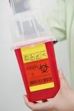 Медсестра держа контейнер избавления стоковая фотография rf