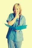 Медсестра держа папку стоковые изображения