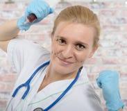 Медсестра детенышей с большим шприцем стоковое изображение