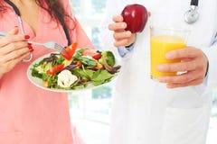 Медсестра и доктор с здоровой едой Стоковая Фотография RF