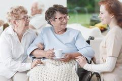 Медсестра и старшие женщины имеют потеху Стоковые Фото